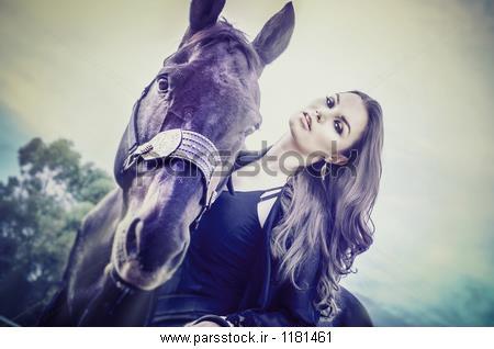 زن جوان زیبا ظریف و قطع کردن اسب عکس 217682143 : پارس ...