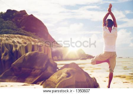 ساحل دریا در مرد بیش از ژست درخت یوگا مراقب عکس 140962539 ...